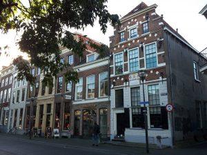 Bloemetje van de Bloemetjesbrigade voor de 370ste verjaardag van Aleijda Wolfsen op de stoep van haar geboortehuis aan de Melkmarkt 53 te Zwolle, nu het Vrouwenhuis genoemd